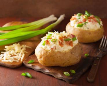 Γεμιστές πατάτες φούρνου με τυριά, μπέικον και κρεμμυδάκι φρέσκο